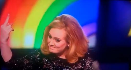 Doigt d'honneur d'Adèle sur la scène des Brit Awards 2012